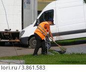 Купить «Дворник-гастарбайтер убирает мусор на ВВЦ (ВДНХ). Москва», эксклюзивное фото № 3861583, снято 14 сентября 2012 г. (c) lana1501 / Фотобанк Лори