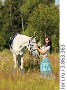 Красивая девушка с лошадью на летнем лугу у опушки леса. Стоковое фото, фотограф Игорь Долгов / Фотобанк Лори