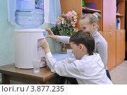 Купить «Дети у кулера с водой», фото № 3877235, снято 28 сентября 2012 г. (c) Вячеслав Палес / Фотобанк Лори
