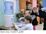 Купить «Дети у кулера с водой», эксклюзивное фото № 3877239, снято 28 сентября 2012 г. (c) Вячеслав Палес / Фотобанк Лори