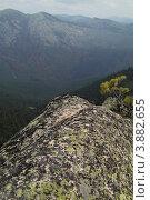 Камень, покрытый разноцветным лишайником на фоне горной долины. Стоковое фото, фотограф Юрий Москаленко / Фотобанк Лори