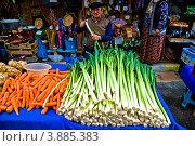 Купить «Стамбул. Продавец лука и моркови на восточном рынке», фото № 3885383, снято 8 ноября 2008 г. (c) Павел Просветов / Фотобанк Лори