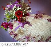 Купить «Зимний букет из цветов на столе», фото № 3887707, снято 30 октября 2011 г. (c) Елена Вяселева / Фотобанк Лори