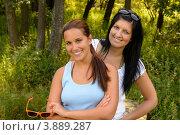 Купить «Улыбающиеся мама и дочка в парке», фото № 3889287, снято 17 августа 2012 г. (c) CandyBox Images / Фотобанк Лори