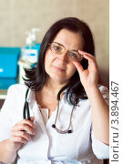 Купить «Врач женщина в очках с улыбкой изучающе и внимательно смотрит», фото № 3894467, снято 21 сентября 2012 г. (c) Эдуард Паравян / Фотобанк Лори
