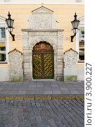 Эстония. Таллин. Старинная входная дверь (2012 год). Стоковое фото, фотограф Александр Лопарев / Фотобанк Лори