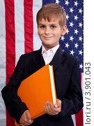 Мальчик с папкой на фоне американского флага. Стоковое фото, фотограф Сергей Фигурный / Фотобанк Лори
