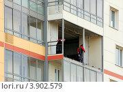 Купить «Рабочие разобрали балкон для перепланировки квартиры», эксклюзивное фото № 3902579, снято 11 августа 2012 г. (c) Юрий Шурчков / Фотобанк Лори