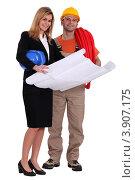 Купить «Женщина-архитектор и строитель с чертежом в полный рост», фото № 3907175, снято 18 января 2011 г. (c) Phovoir Images / Фотобанк Лори