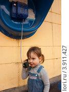Купить «Девочка разговаривает по стационарному уличному таксофону», фото № 3911427, снято 5 октября 2012 г. (c) WalDeMarus / Фотобанк Лори