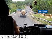 Купить «Вид из кабины автобуса на трассу Джубга-Сочи в районе Пляхо», эксклюзивное фото № 3912243, снято 3 августа 2012 г. (c) Вячеслав Палес / Фотобанк Лори
