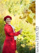 Купить «Счастливая зрелая женщина в осеннем парке», фото № 3915727, снято 7 октября 2011 г. (c) Яков Филимонов / Фотобанк Лори
