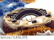 Бисквитный торт и новогодняя мишура. Стоковое фото, фотограф Наталья Райхель / Фотобанк Лори