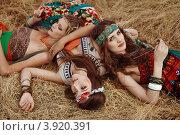 Три молодые женщины хиппи лежат в стогу сена. Стоковое фото, фотограф Boris Bushmin / Фотобанк Лори