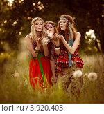 Девушки-хиппи в поле. Стоковое фото, фотограф Boris Bushmin / Фотобанк Лори