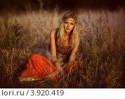 Девушка-хиппи в поле. Стоковое фото, фотограф Boris Bushmin / Фотобанк Лори