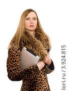 Купить «Девушка в леопардовом пальто с планшетным компьютером», фото № 3924815, снято 29 января 2011 г. (c) Сергей Сухоруков / Фотобанк Лори
