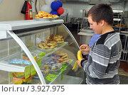 Купить «Мальчик у витрины школьного буфета», фото № 3927975, снято 19 сентября 2012 г. (c) Вячеслав Палес / Фотобанк Лори