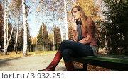 Рыжеволосая женщина курит в парке. Стоковое видео, видеограф Максим Шатохин / Фотобанк Лори