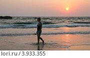 Купить «Молодая женщина идет по берегу пляжа Нгапали, Мьянма», видеоролик № 3933355, снято 20 июля 2012 г. (c) Кирилл Трифонов / Фотобанк Лори