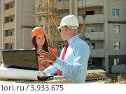 Два архитектора - мужчина и женщина с ноутбуком на стройке. Стоковое фото, фотограф Яков Филимонов / Фотобанк Лори