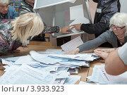 Купить «Сотрудники участковой избирательной комиссии достают избирательные бюллетени из перевернутой урны для голосования. Единый день голосования», фото № 3933923, снято 14 октября 2012 г. (c) А. А. Пирагис / Фотобанк Лори