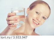 Молодая женщина протягивает стакан воды. Стоковое фото, фотограф Евгений Атаманенко / Фотобанк Лори