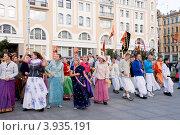 Купить «Кришнаиты танцуют на улице. Санкт-Петербург», эксклюзивное фото № 3935191, снято 7 октября 2012 г. (c) Александр Щепин / Фотобанк Лори