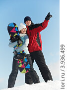 Купить «Молодая пара со сноубордом на фоне голубого неба», фото № 3936499, снято 22 февраля 2012 г. (c) Дмитрий Калиновский / Фотобанк Лори
