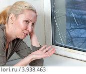 Купить «Домохозяйка расстроена из-за некачественного окна стеклопакета, треснувшего от мороза», фото № 3938463, снято 24 марта 2011 г. (c) Куликов Константин / Фотобанк Лори