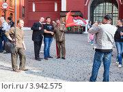 Прохожие фотографируются с Лениным и Сталиным. Красная Площадь, Москва (2012 год). Редакционное фото, фотограф Кекяляйнен Андрей / Фотобанк Лори