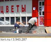 Купить «Рабочие ремонтируют крыльцо в цветочном магазин на 9-ой Парковой улице. Москва», эксклюзивное фото № 3943287, снято 9 августа 2012 г. (c) lana1501 / Фотобанк Лори