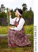 Девушка в народном костюме расписывает веретено (2012 год). Редакционное фото, фотограф Александр Новиков / Фотобанк Лори