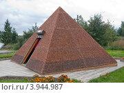 Купить «Янтарная пирамида. Смотровая площадка янтарного карьера в городе Янтарном Калининградской области», фото № 3944987, снято 30 сентября 2012 г. (c) Михаил Котов / Фотобанк Лори