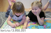 Купить «Две маленькие девочки лежат на полу и смотрят огромный атлас мира», видеоролик № 3950351, снято 21 октября 2012 г. (c) Кекяляйнен Андрей / Фотобанк Лори