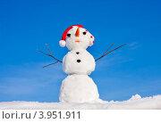 Купить «Снеговик в шапке санта клауса в ясный солнечный день на фоне неба», фото № 3951911, снято 20 января 2012 г. (c) ElenArt / Фотобанк Лори