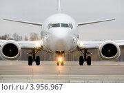 Купить «Белый самолет готовится к взлету со взлетной полосы аэропорта», фото № 3956967, снято 23 октября 2012 г. (c) Николай Винокуров / Фотобанк Лори