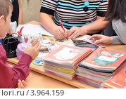 Купить «Дети сдают учителю деньги», эксклюзивное фото № 3964159, снято 23 октября 2012 г. (c) Вячеслав Палес / Фотобанк Лори