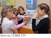 Купить «Дети пьют воду из кулера на перемене», эксклюзивное фото № 3964171, снято 23 октября 2012 г. (c) Вячеслав Палес / Фотобанк Лори