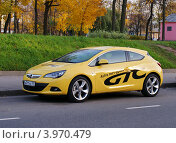 Купить «Opel Astra GTC - жёлтый трёхдверный хэтчбек 2012 года», фото № 3970479, снято 20 октября 2012 г. (c) Павел Кричевцов / Фотобанк Лори