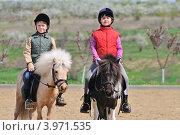 Дети занимаются верховой ездой. Стоковое фото, фотограф Титаренко Елена / Фотобанк Лори