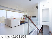 Интерьер гостиной на втором этаже современной виллы. Стоковое фото, фотограф Дмитрий Эрслер / Фотобанк Лори