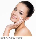 Купить «Привлекательная обнаженная брюнетка наносит крем на лицо  на белом фоне», фото № 3971959, снято 4 октября 2012 г. (c) Валуа Виталий / Фотобанк Лори