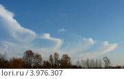 Купить «Облака плывут по синему небу над осенним лесом, таймлапс», видеоролик № 3976307, снято 15 октября 2012 г. (c) Михаил Коханчиков / Фотобанк Лори