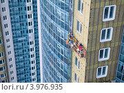 Купить «Монтажники-высотники монтируют вентилируемый фасад на здании», фото № 3976935, снято 26 октября 2012 г. (c) Кекяляйнен Андрей / Фотобанк Лори