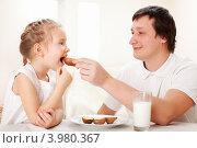 Купить «Папа кормит дочь печеной картошкой», фото № 3980367, снято 17 января 2012 г. (c) Гладских Татьяна / Фотобанк Лори