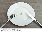 Купить «Диета: одна горошина в тарелке», фото № 3981059, снято 30 октября 2012 г. (c) Евгений Атаманенко / Фотобанк Лори
