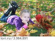 Девочка с кленовым букетом. Стоковое фото, фотограф Анна Степанова / Фотобанк Лори