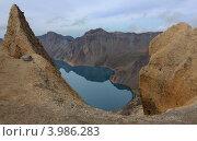 Озеро Тяньчи (Небесная заводь) в кратере вулкана. Чаньбайшань, Китай. Стоковое фото, фотограф Наталья Силинская / Фотобанк Лори