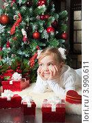 Купить «Симпатичная девочка мечтает около новогодней елки о подарке», фото № 3990611, снято 4 ноября 2012 г. (c) Оксана Гильман / Фотобанк Лори